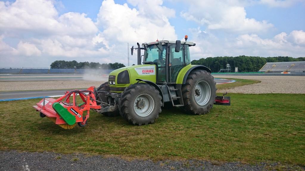Met onze veegmachine het TT Circuit Assen schoonmaken.